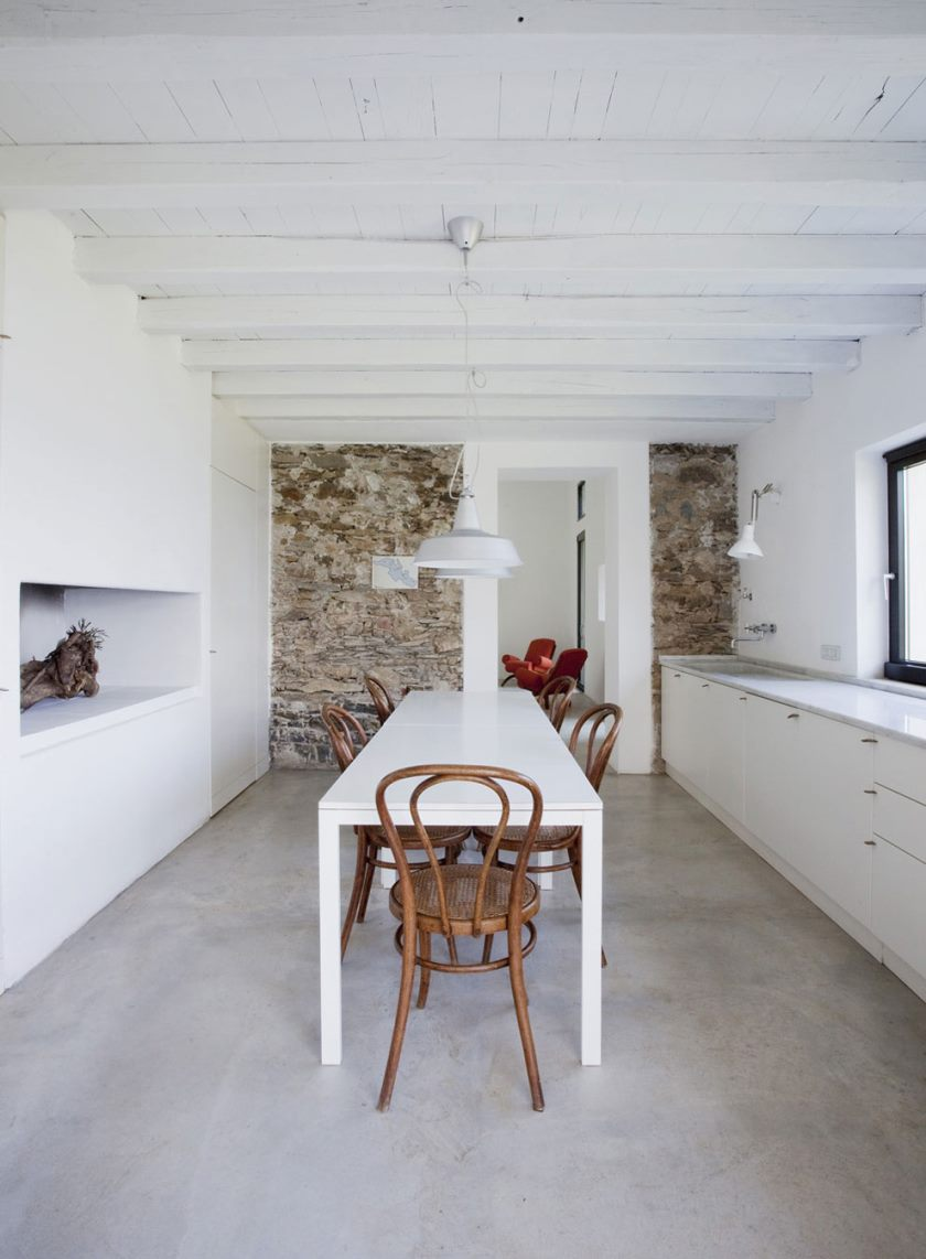 farmhouse-restoration-riomaggiore-italy-bright-kitchen-dining-table
