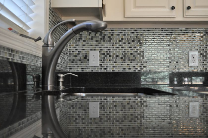 glass_tile_mosaic_kitchen_backsplash