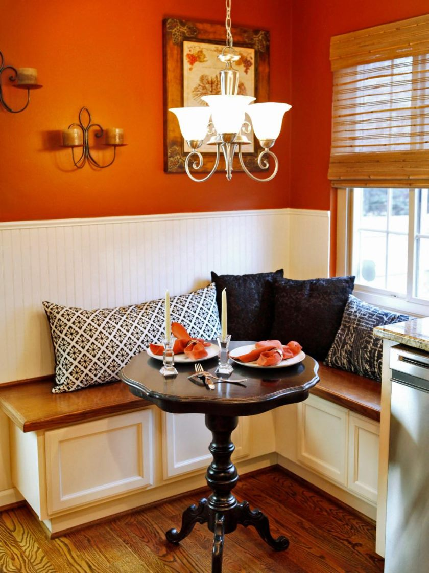 original_angela-bonfante-kitchen-banquette_toss_pillows-jpg-rend-hgtvcom-966-1288