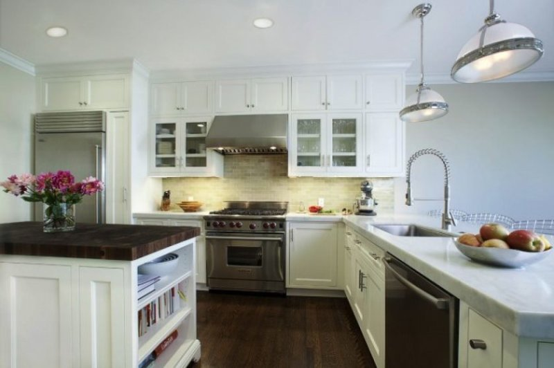 white-kitchen-cabinets-with-glass-doors