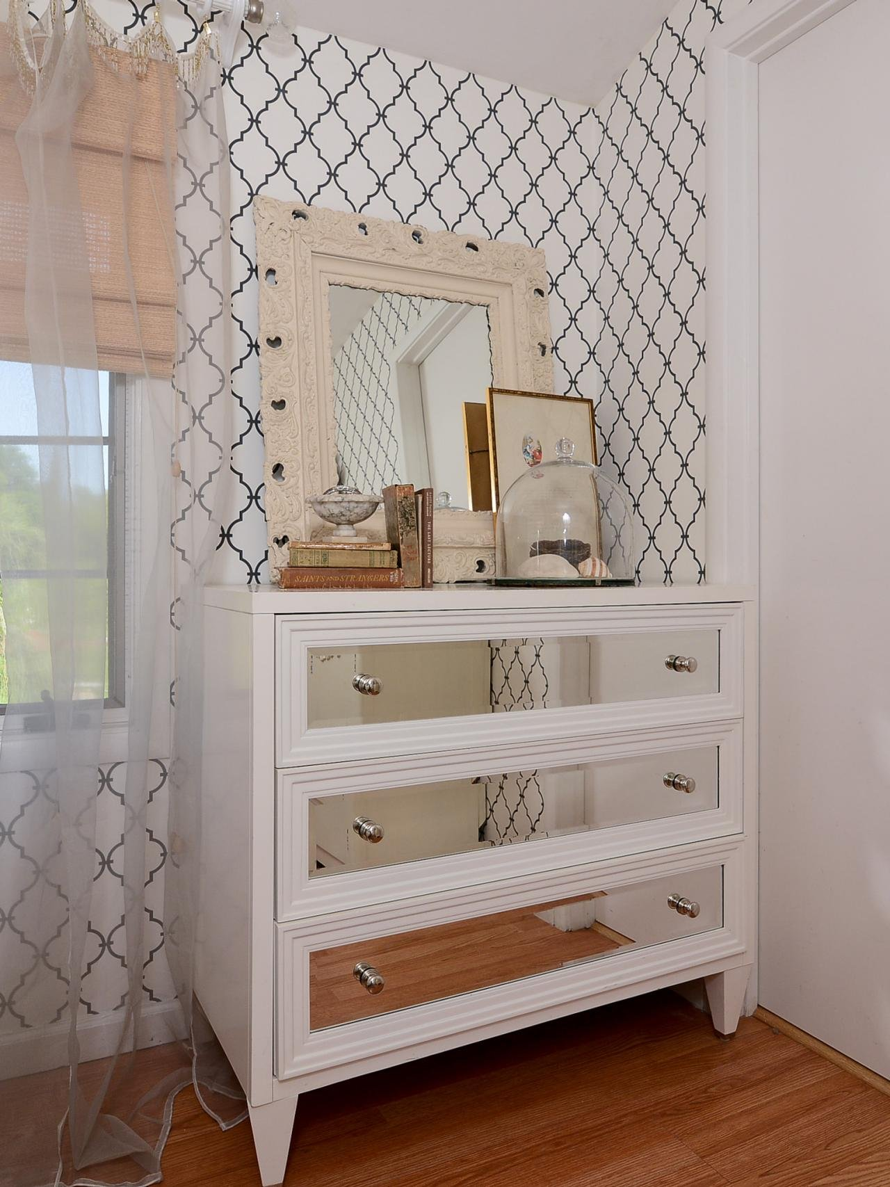 3-drawers-mirrored-chest-on-wooden-floor-and-wall-paper-for-home-interior-design-ideas-white-mirrored-chest-oak-chest-of-drawers-cheap-mirrored-chest-of-drawers-mirrored-bedroom-furniture-mirrored-med