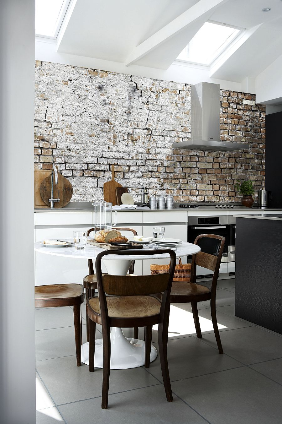 aged-brick-wall-wallpaper-in-the-kitchen-combines-two-hot-design-trends
