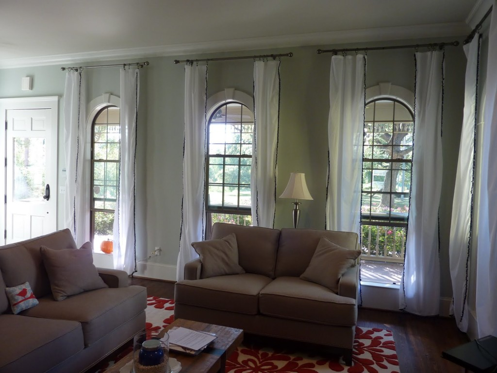 attractive-design-of-white-living-room-curtain-ideas-made-of-fabric-plus-silver-pipe
