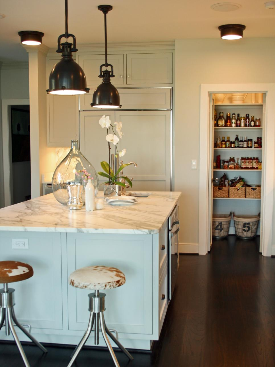 dp_joel-snayd-white-country-kitchen-island_s3x4-jpg-rend-hgtvcom-966-1288