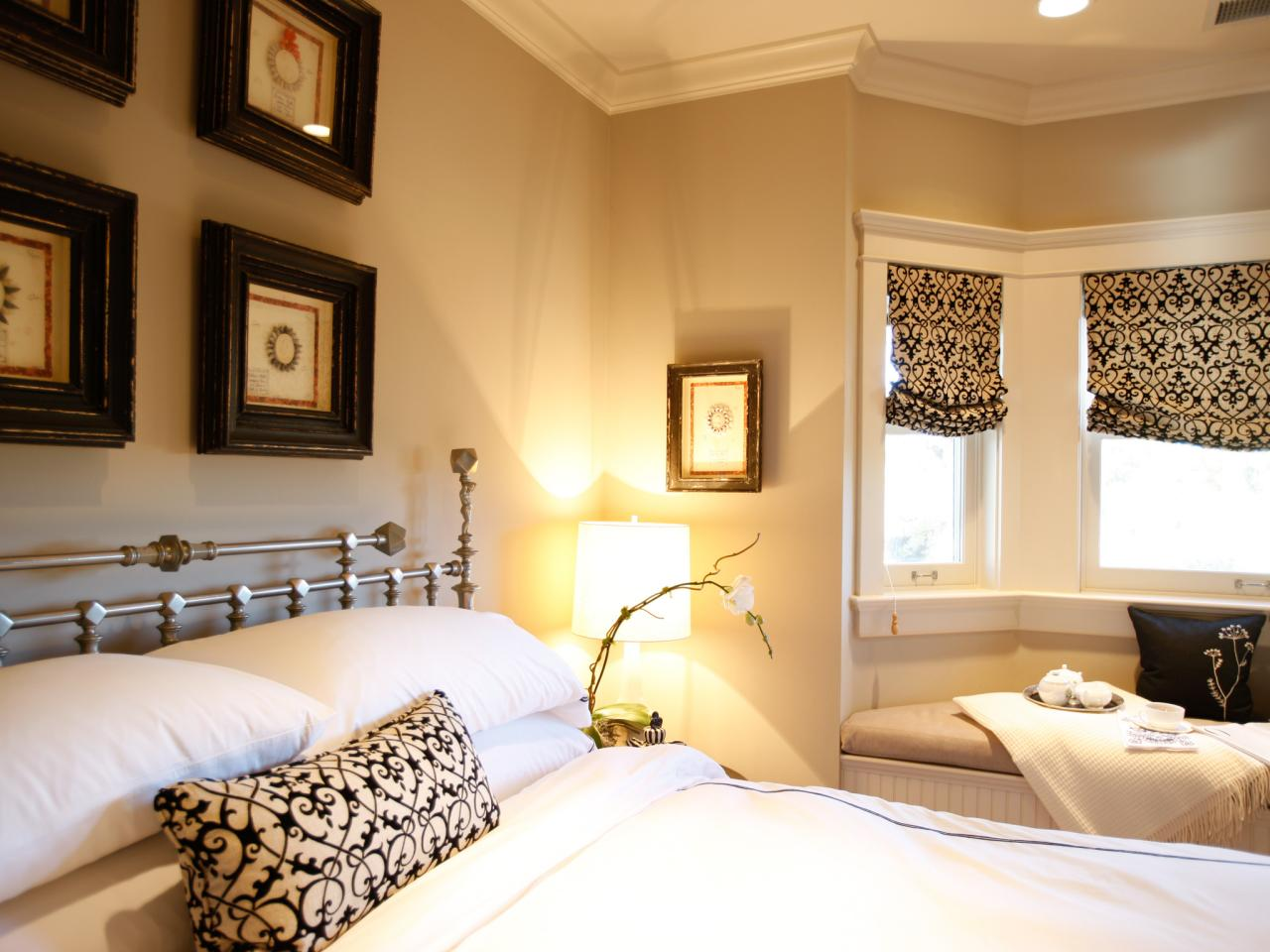 dp_jonathan-rachman-beige-traditional-bedroom-black-white_h-jpg-rend-hgtvcom-1280-960