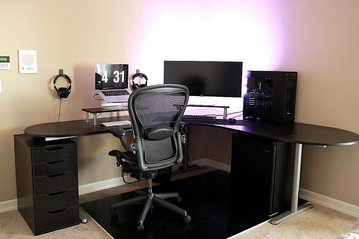 simple-battlestation-with-ikea-galant-bekant-desk-in-black