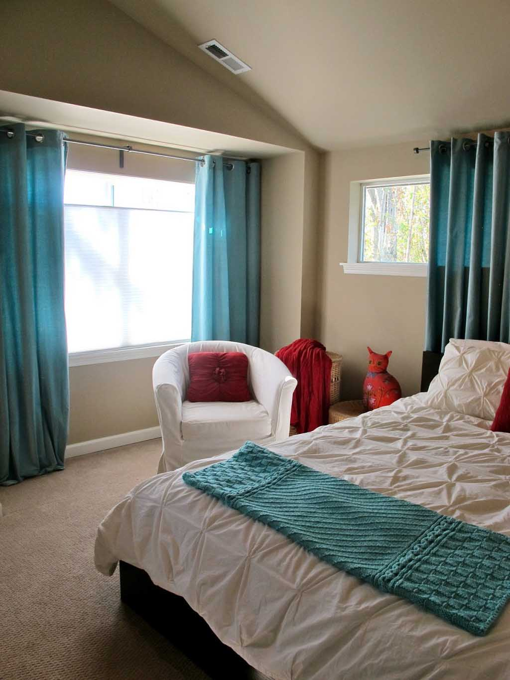 simple-bedroom-decorating-with-turquoise-themes-curtains