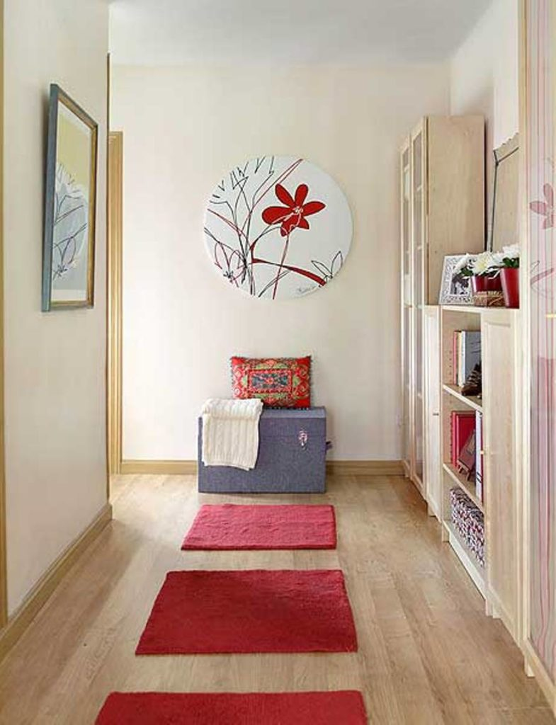 small-hallway-design-with-wall-art-and-red-accents-785x1024