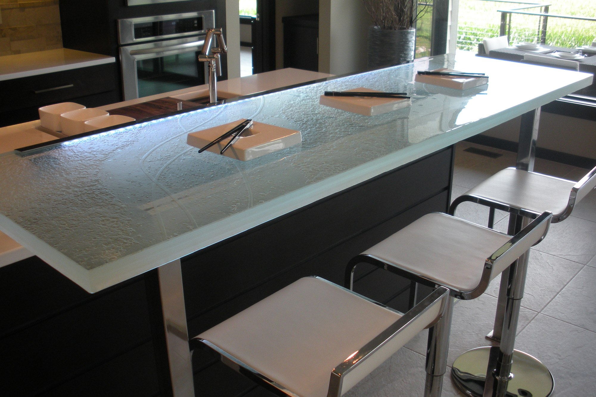 the-ultimate-luxury-touch-for-your-kitchen-decor-glass-countertops-homesthetics-12
