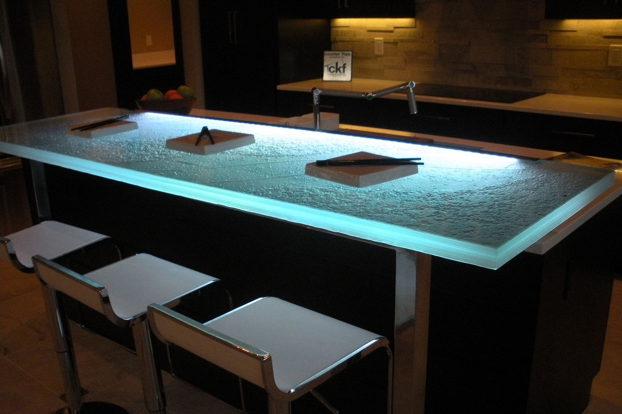 the-ultimate-luxury-touch-for-your-kitchen-decor-glass-countertops-homesthetics-14