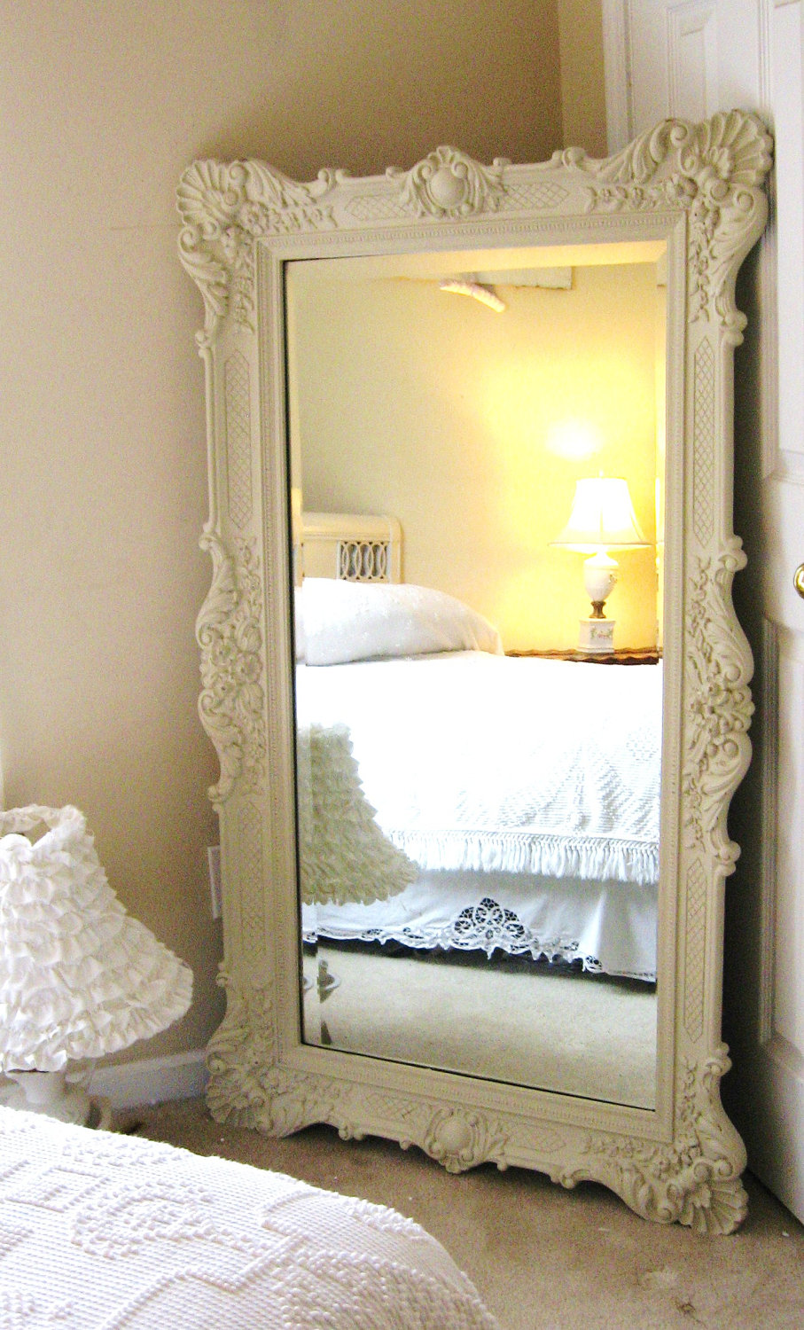 vintage-leaning-mirror-classic-bedroom-interior-design-night-lamp
