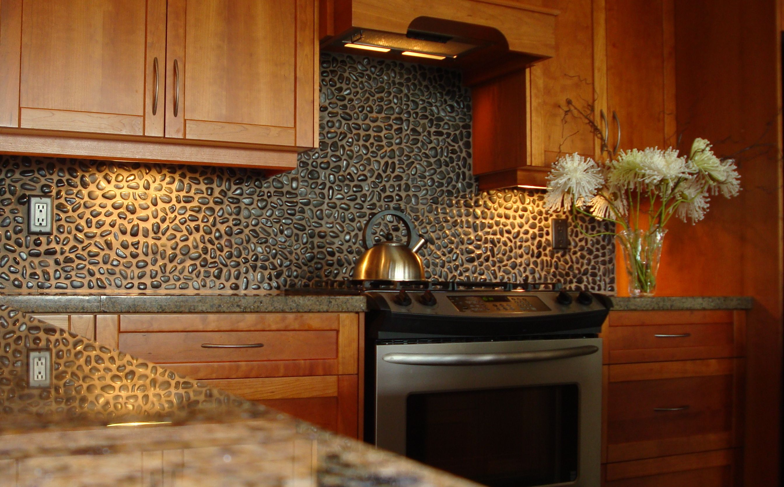 wonderful-kitchen-backsplash-designs-made-of-small-stones-combine-with-black-granite-countertop