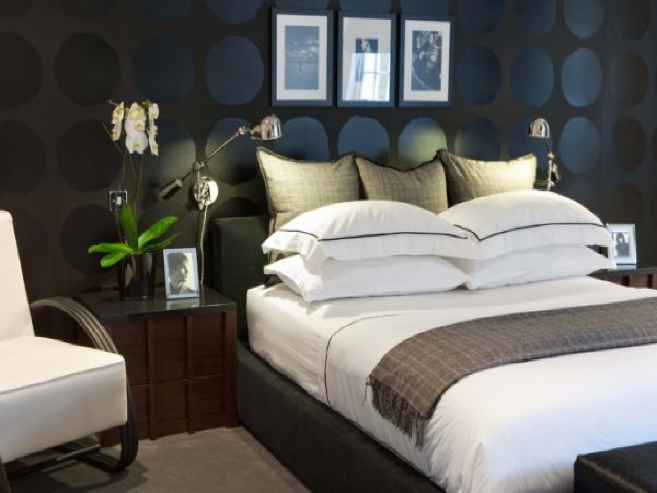 bedroom-with-black-walls-black-wall-ideas-3c7d1afb9e6570aa