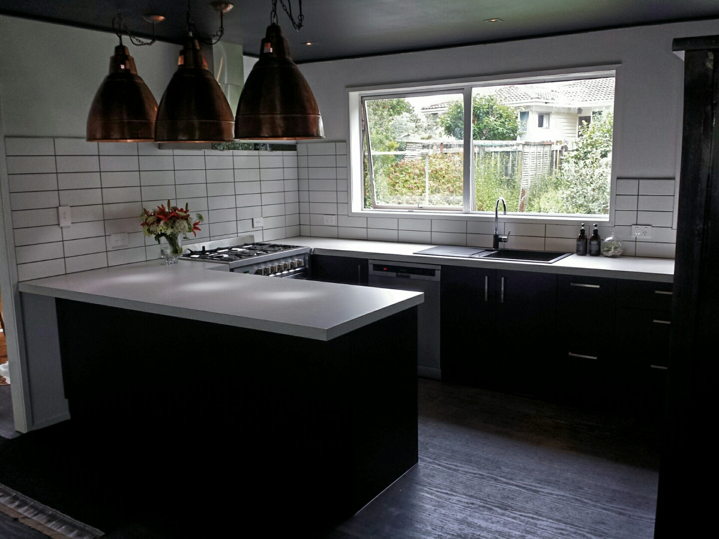 black-kitchen-with-white-bench-top-l-943dd9a1bc1e2593