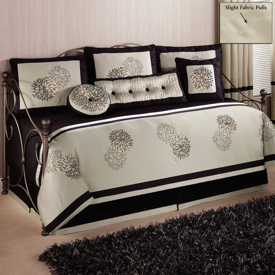 furniture-bedroom-black-metal-daybed-with-ball-finials-and-black-and-white-bedding-set-combined-with-rectangle-black-fur-rug-elegant-daybed-936x936