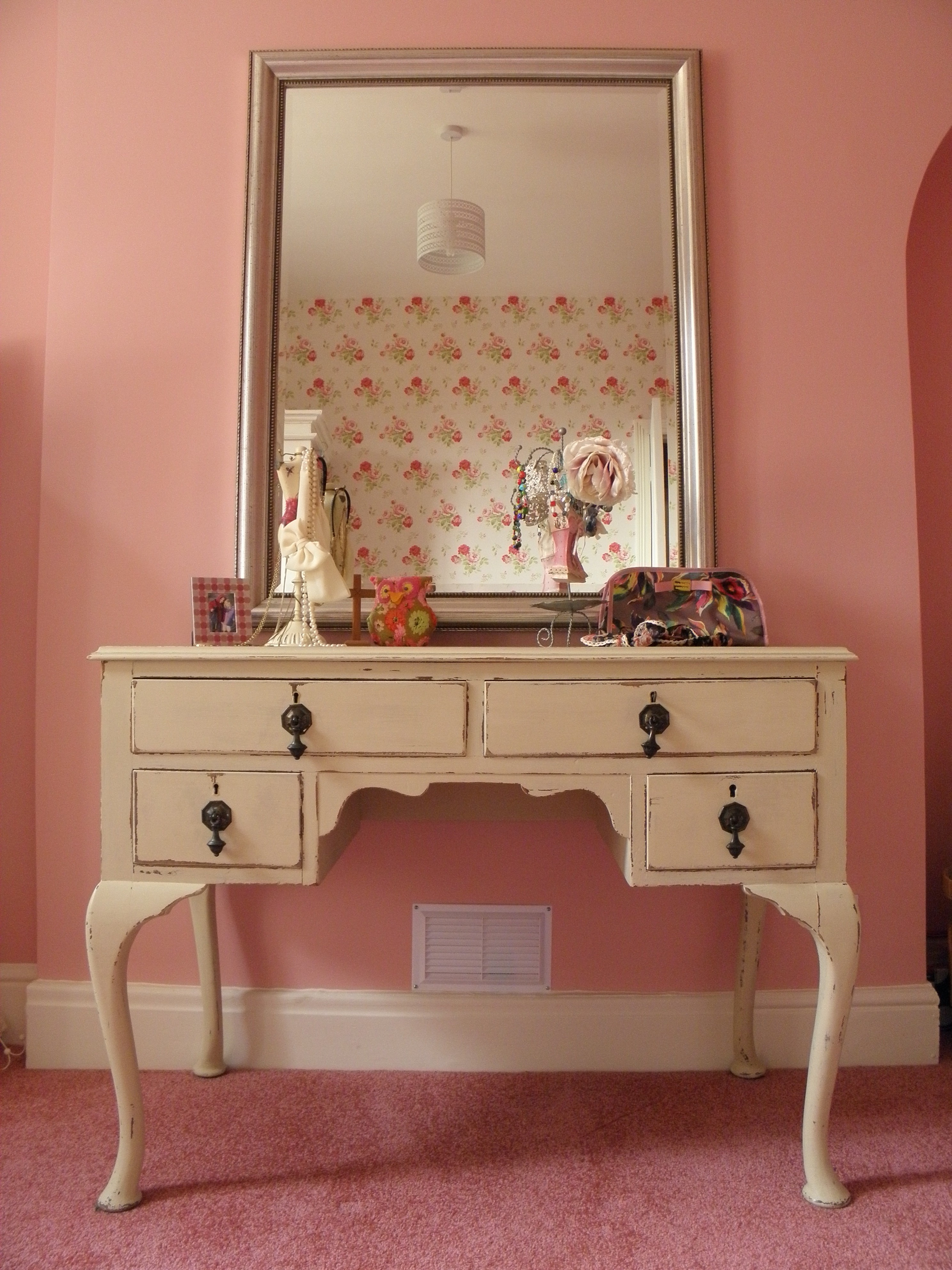 furniture-wood-metal-antique-bedroom-vanity-with-mirror-on-pink-area-rug-antique-bedroom-vanity-with-mirror-as-the-unique-way-for-chic
