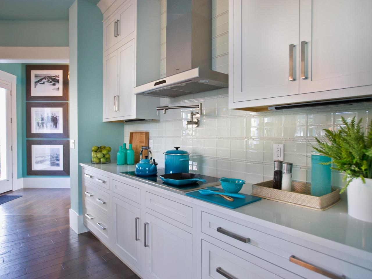 kitchen-backsplash-glass-tile_4x3-jpg-rend-hgtvcom-1280-960