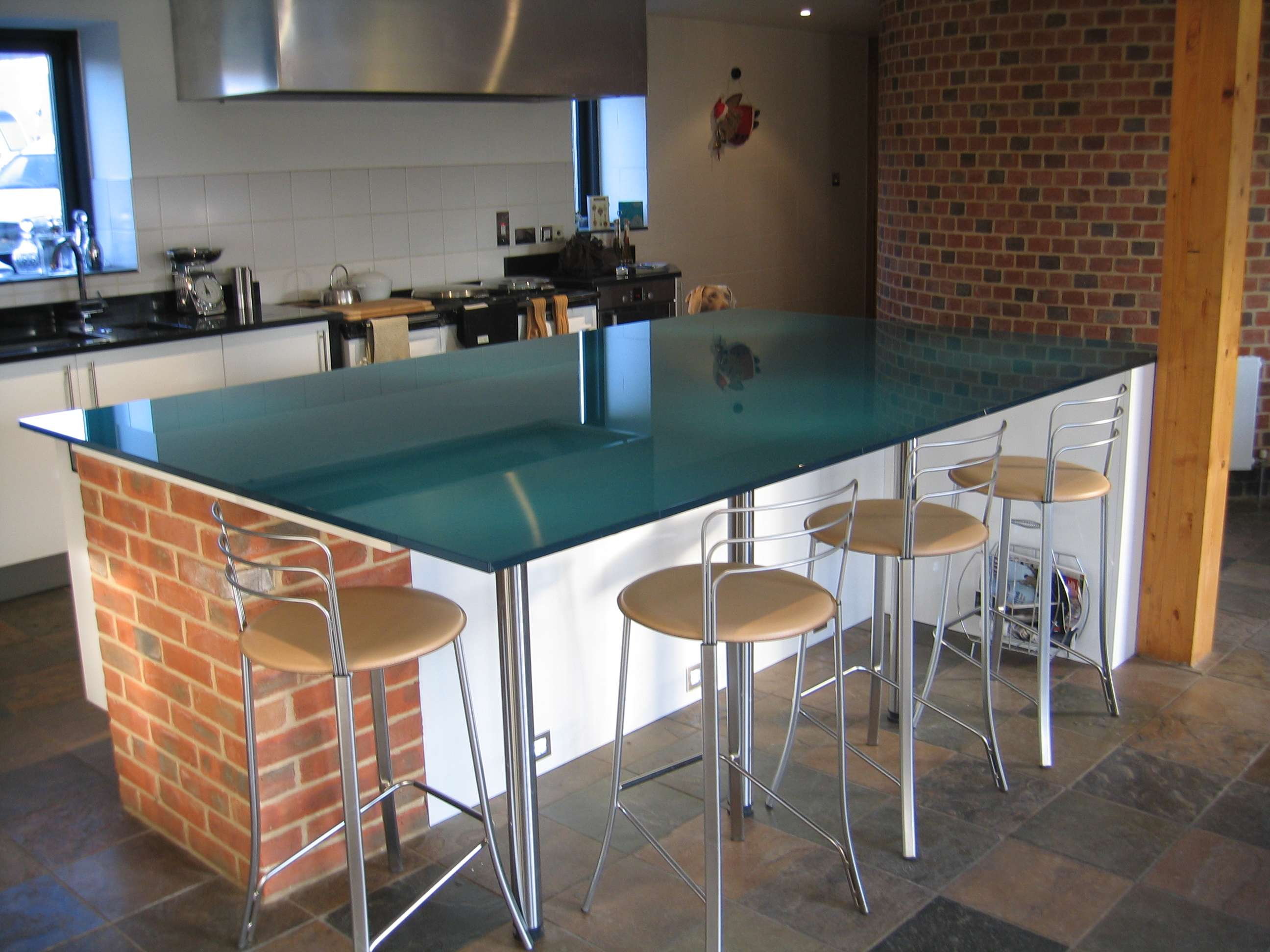metallic-blue-glass-kitchen-worktop-and-breakfast-bar