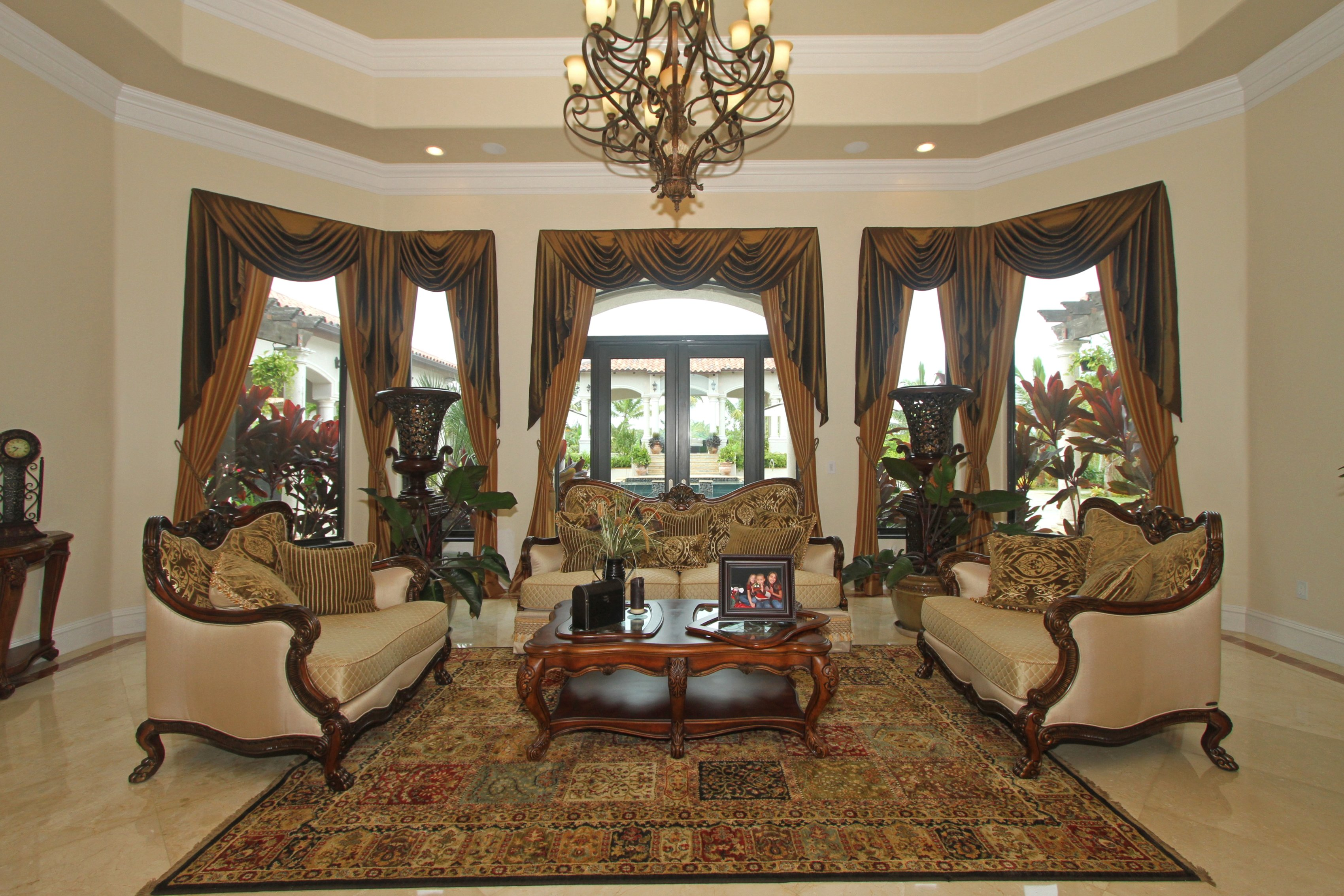 traditional-living-room-with-beautiful-curtains