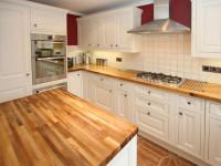 Белая глянцевая кухня с деревом в современном стиле (60+ фото)