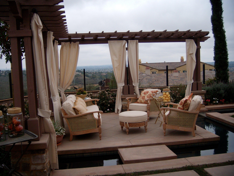 resimsi-dış-tasarım-rahat-of-rahat-açık-oturma-anma-gün-için-l-şekilli-koyu kahverengi-ahşap-güverte-pergola-kullanarak-krem-kumaş-perdeler-dekoratif-ve- hava koşullarına dayanıklı dış mekan mobilya seti
